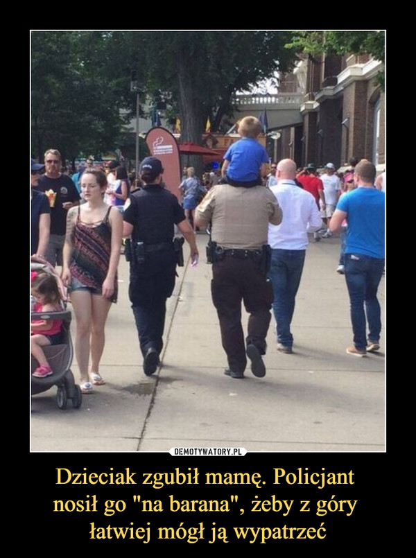 """Dzieciak zgubił mamę. Policjant nosił go """"na barana"""", żeby z góry łatwiej mógł ją wypatrzeć –"""