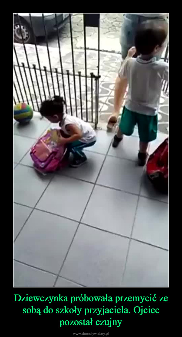 Dziewczynka próbowała przemycić ze sobą do szkoły przyjaciela. Ojciec pozostał czujny –