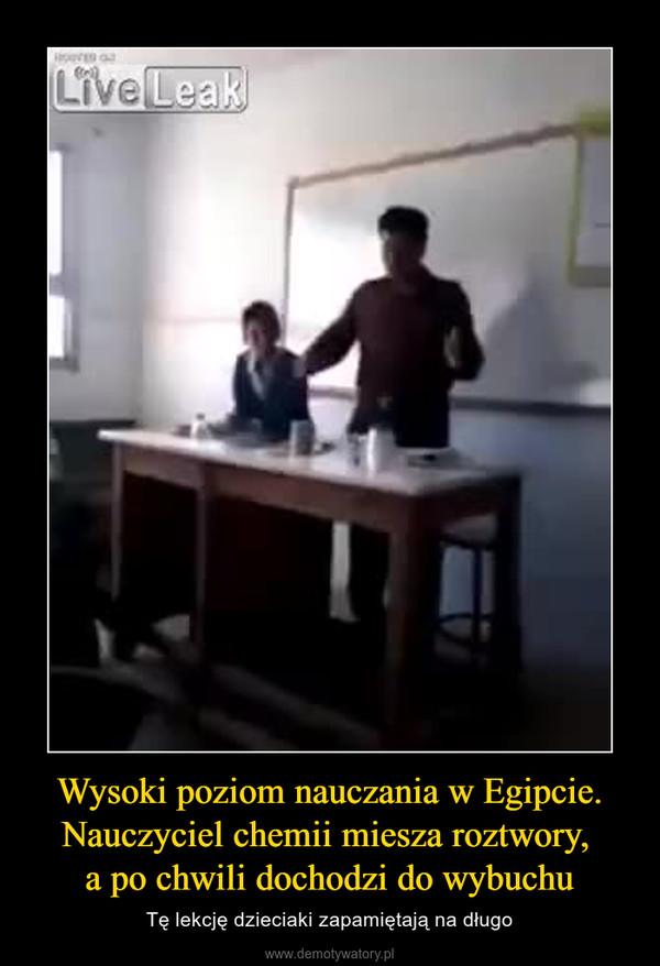 Wysoki poziom nauczania w Egipcie. Nauczyciel chemii miesza roztwory, a po chwili dochodzi do wybuchu – Tę lekcję dzieciaki zapamiętają na długo