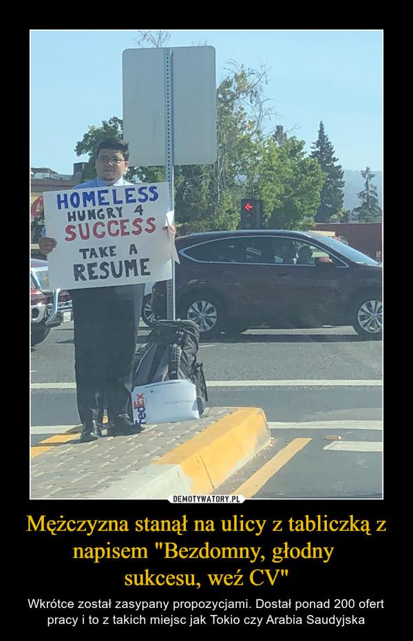 """Mężczyzna stanął na ulicy z tabliczką z napisem """"Bezdomny, głodny sukcesu, weź CV"""" – Wkrótce został zasypany propozycjami. Dostał ponad 200 ofert pracy i to z takich miejsc jak Tokio czy Arabia Saudyjska"""