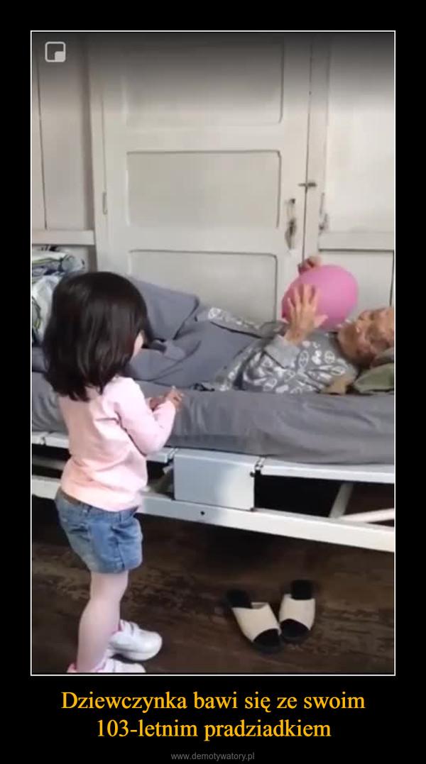Dziewczynka bawi się ze swoim 103-letnim pradziadkiem –