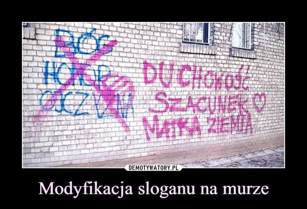 Modyfikacja sloganu na murze –  bóg honor ojczyznaduchowość szacunek matka ziemia