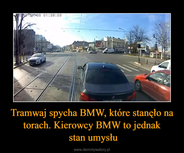 Tramwaj spycha BMW, które stanęło na torach. Kierowcy BMW to jednak stan umysłu –