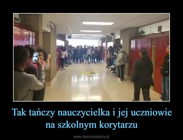 Tak tańczy nauczycielka i jej uczniowie na szkolnym korytarzu –