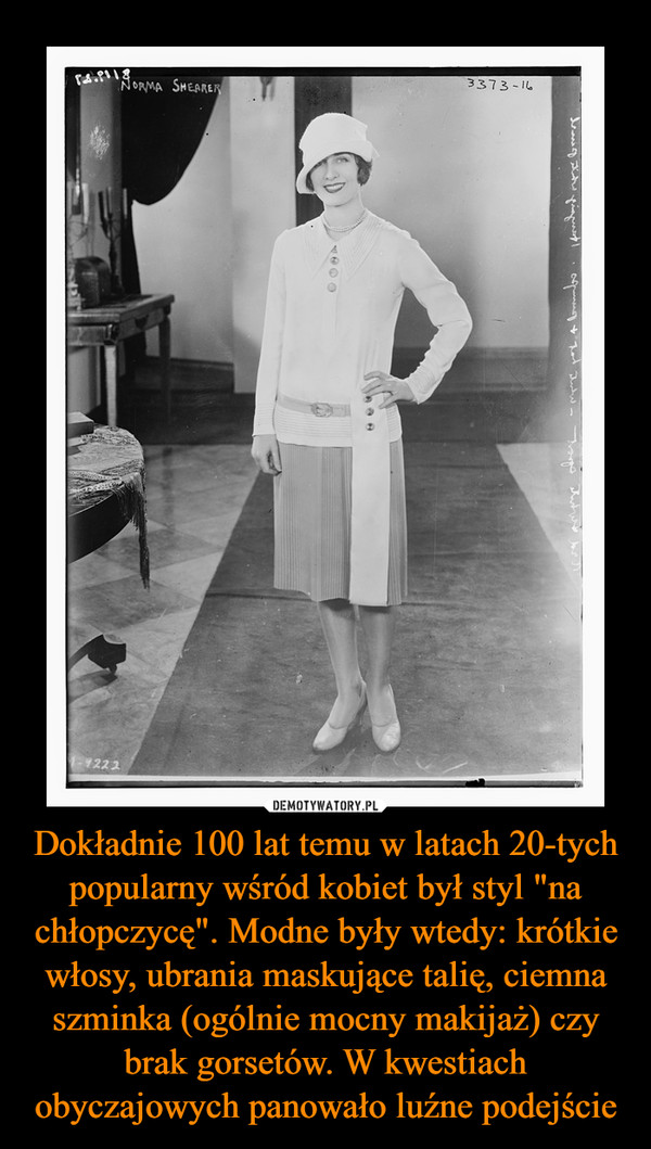 """Dokładnie 100 lat temu w latach 20-tych popularny wśród kobiet był styl """"na chłopczycę"""". Modne były wtedy: krótkie włosy, ubrania maskujące talię, ciemna szminka (ogólnie mocny makijaż) czy brak gorsetów. W kwestiach obyczajowych panowało luźne podejście –"""