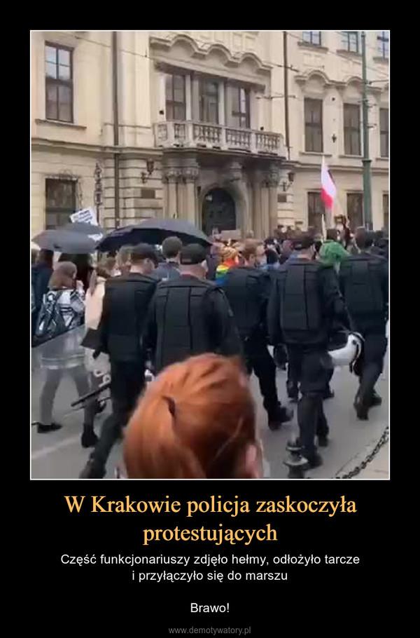 W Krakowie policja zaskoczyła protestujących – Część funkcjonariuszy zdjęło hełmy, odłożyło tarczei przyłączyło się do marszuBrawo!