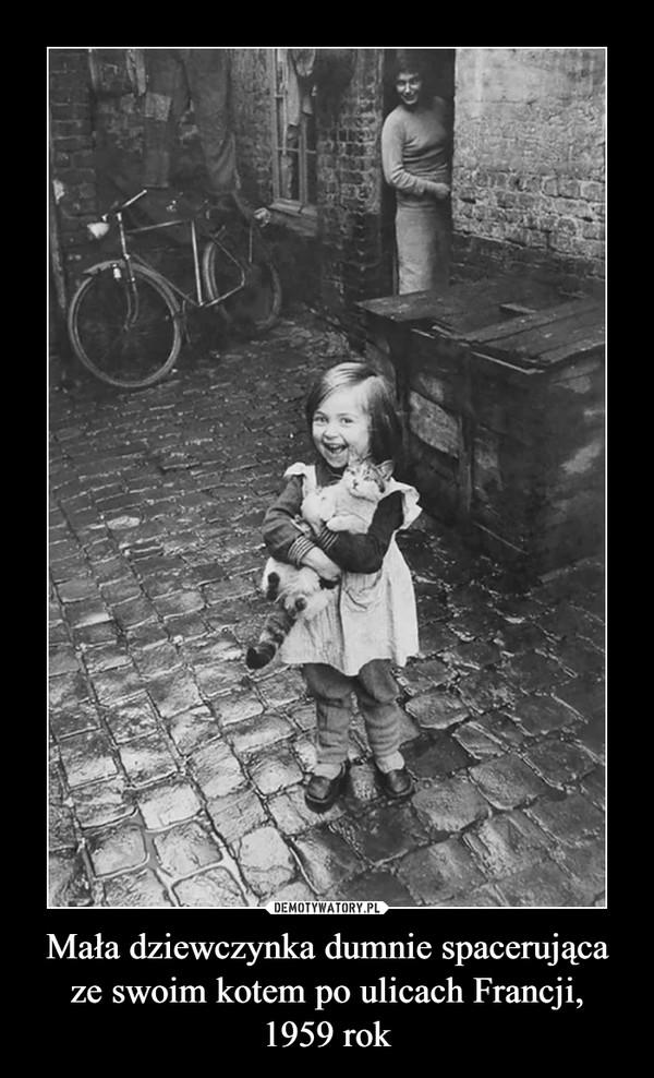 Mała dziewczynka dumnie spacerująca ze swoim kotem po ulicach Francji,1959 rok –