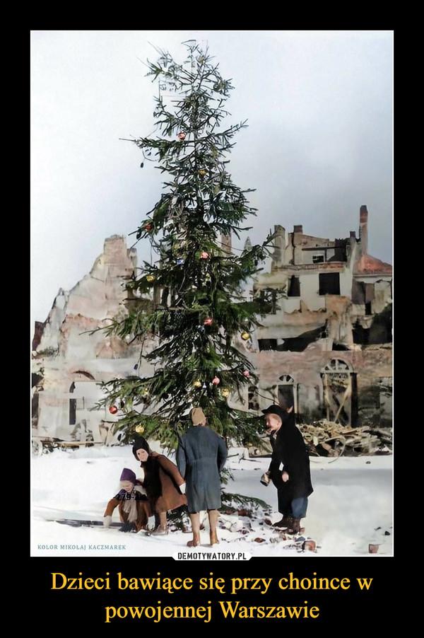 Dzieci bawiące się przy choince w powojennej Warszawie –