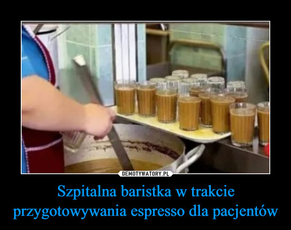 Szpitalna baristka w trakcie przygotowywania espresso dla pacjentów –