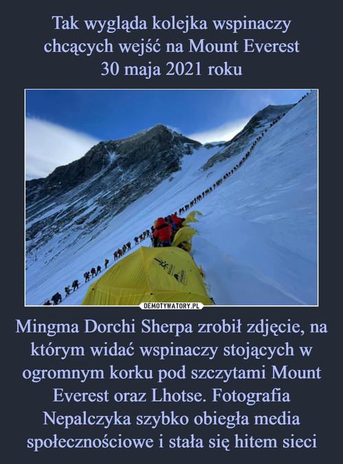 Tak wygląda kolejka wspinaczy chcących wejść na Mount Everest 30 maja 2021 roku Mingma Dorchi Sherpa zrobił zdjęcie, na którym widać wspinaczy stojących w ogromnym korku pod szczytami Mount Everest oraz Lhotse. Fotografia Nepalczyka szybko obiegła media społecznościowe i stała się hitem sieci